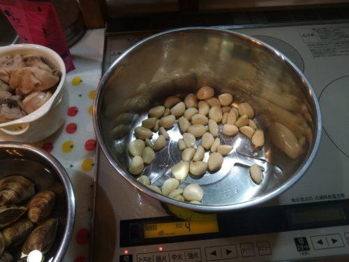ニンニクを炒めます