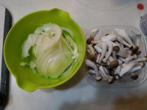 野菜類を切りそろえます